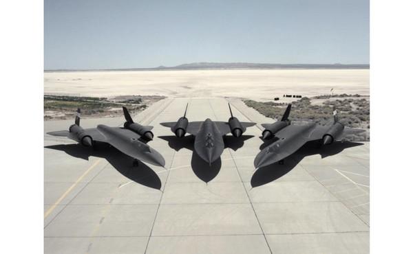 Selama Perang Dingin, pesawat ini bisa terbang lebih tinggi dan lebih cepat daripada yang lain. Kini SR-71 Blackbird sudah berumur 55 tahun setelah penerbangan pertama, dan kedua rekor itu masih dipegangnya.