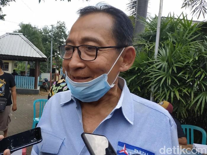Keponakan Susilo Bambang Yudhoyono (SBY) mantap ingin maju pada Pilkada Pacitan 2020. Indrata Nur Bayuaji yang juga menjabat Ketua DPRD resmi mendaftar melalui Partai Demokrat.