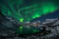 Aurora adalah atom-atom dan molekul yang bersatu dan bertumpuk di udara yang terhisap oleh magnet Bumi di sekitar kutub utara dan selatan. (Getty Images/iStockphoto)