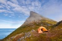 Pulau Senja dihuni oleh sekitar 5.000 penduduk. Kontur alamnya perbukitan dan pegunungan. (Getty Images/iStockphoto)