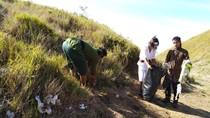 Berkostum Unik, Pemuda Lereng Merapi Ini Kampanye Bersih-bersih Gunung