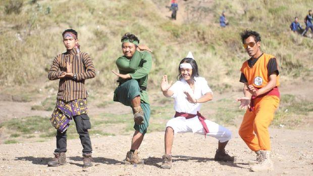 Sekelompok pemuda dari lereng Merapi bersih-bersih jalur pendakian gunung dengan menggunakan kostum karakter film dan superhero.
