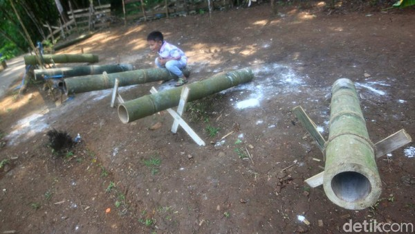 Di dalamnya terdapat berbagai macam permainan seperti flying fox, Lodong (meriam bambu), ayunan bambu, perahu bambu, gazebo dan sejumlah spot untuk berswafoto (Muhamad Rizal/detikcom)