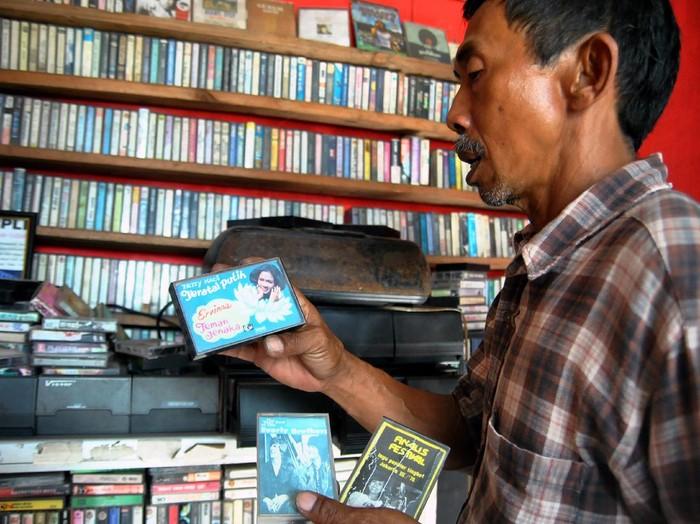 Ratusan kaset pita dan piringan hitam penuhi dinding Terminal Musik Djadoel di Bogor. Beragam karya musisi era tahun 60 hingga 70an dapat ditemukan di sana.