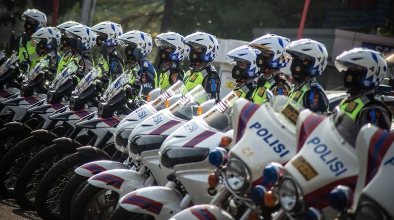 Sejumlah Polisi Lalu Lintas Wanita mengikuti Apel gelar Pasukan Operasi Patuh Jaya Tahun 2020 di Polda Metro Jaya, Jakarta, Kamis (23/7/2020). Operasi Patuh Jaya 2020 tersebut berlangsung selama 14 hari dimulai 23 Juli sampai 5 Agustus 2020 dengan mengerahkan sebanyak 1.807 personel gabungan dari unsur TNI, Polri, Satpol PP, dan Dishub yang bertujuan untuk meningkatkan kedisiplinan masyarakat berlalu lintas di masa adaptasi kebiasaan baru. ANTARA FOTO/Aprillio Akbar/nz