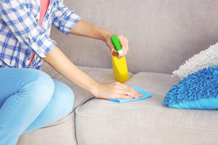 Bersihkan sofa