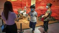 China bersiap susul UEA melakukan peluncuran misi menuju Mars. Sejumlah teknologi canggih terkait misi itu pun dipamerkan di salah satu mall Beijing. Yuk, lihat