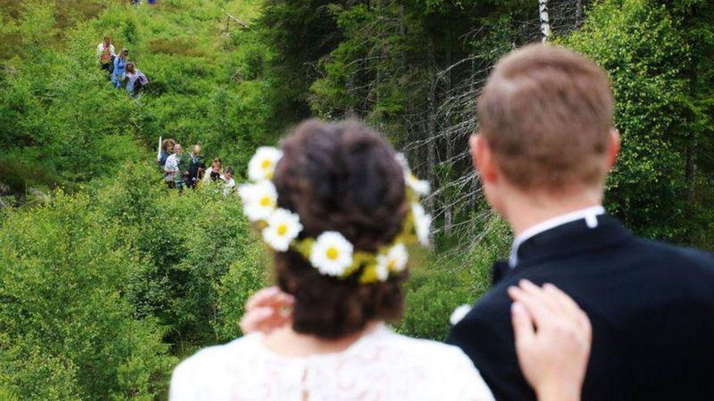 Sweet Banget! Pasangan Beda Negara Ini Nikah di Hutan Perbatasan