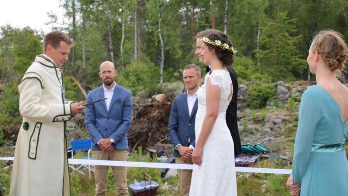Pembatasan aktivitas imbas COVID-19 tak halangi pasangan asal Norwegia dan Swedia ini untuk menikah. Pernikahan itu digelar di hutan perbatasan negara mereka.