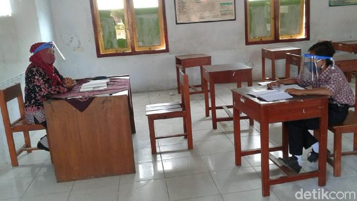 Dimas siswa SMPN 1 Rembang tetap sekolah karena tak punya gawai