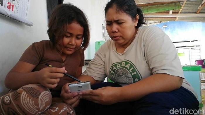 ibu jaga warung sambil dampingi anak belajar daring
