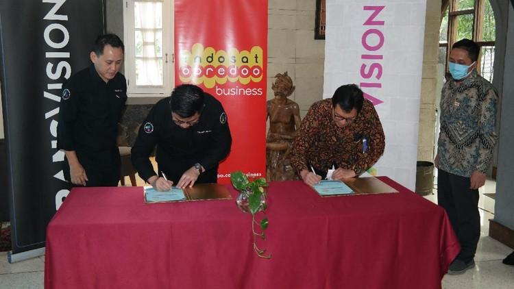 Indosat Ooredoo berkolaborasi dengan Transvision. Mereka menghadirkan paket bundling Transvision dengan home router yang berlaku di semua jaringan.