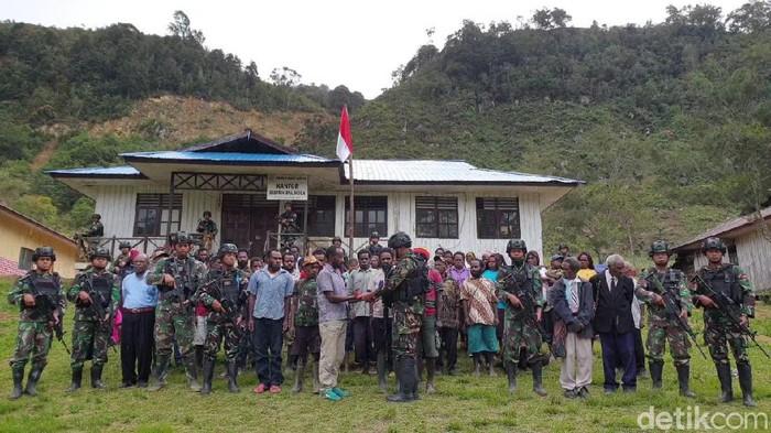 Lima anggota KKSB kelompok militan Puron Wenda menyerahkan diri dan ikrar setia ke NKRI (dok. Kogabwilhan III)