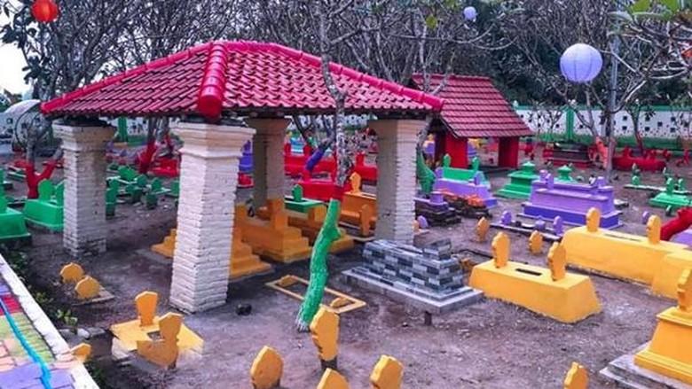 Makam warna-warni di Madiun