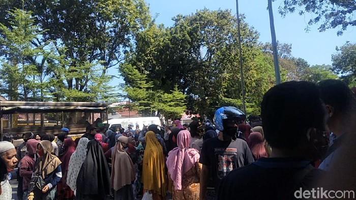 Para istri nelayan di Makassar menggeruduk Rujab Gubernur Sulsel menolak penambangan pasir di Laut Makassar (Hermawan-detikcom).