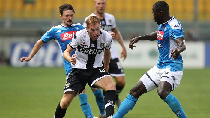 PARMA, ITALY - JULY 22: Dejan Kulusevski of Parma Calcio battles for the ball with Kalidou Koulibay of SSC Napoli during the Serie A match between Parma Calcio and  SSC Napoli at Stadio Ennio Tardini on July 22, 2020 in Parma, Italy.  (Photo by Gabriele Maltinti/Getty Images)