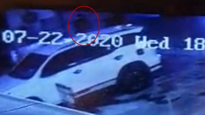 Mobil pengusaha Zen Zanuar dibobol di kawasan Kemang, Jaksel. Tas Gucci berisi cek Rp 43 miliar dan barang berharga lainnya yang disimpan di dalam mobil, raib digondol pelaku.