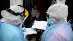 Rapid test Corona di kawasan Lima, Peru, digelar dengan sistem door to door. Petugas kesehatan langsung menghampiri warga di zona terindikasi COVID-19.