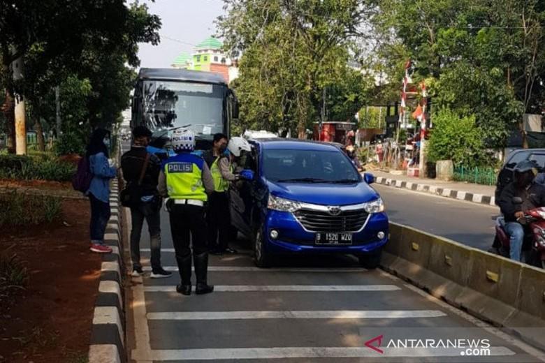 Petugas Satlantas Polrestro Jakarta Timur menindak pelanggar aturan lalulintas karena masuk jalur TransJakarta dalam Operasi Patuh Jaya 2020 di Jalan Mayjen Sutoyo, Kamis (23/7/2020).