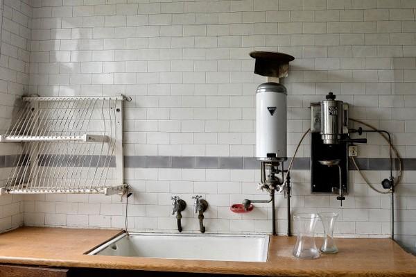 Dapur sama sekali tidak termakan waktu. Tampak pemanas gas masih diletakkan di atas wastafel. Ini digunakan untuk memanaskan air dan menggiling kopi dengan penggiling kuno. (Foto: Getty Images/Bethany Clarke)