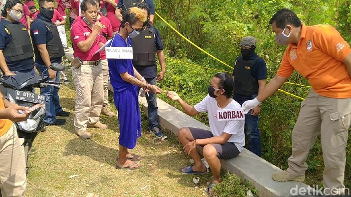 Rekonstruksi pembunuhan sadis pasangan kekasih terhadap ABG di Kota Pekalongan, Kamis (23/7/2020).