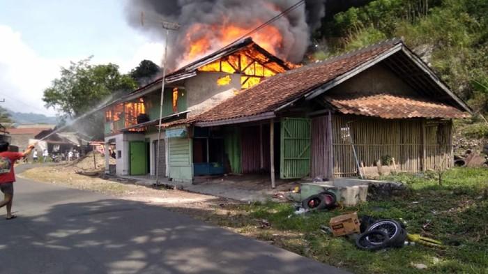 Sebuah rumah merangkap bengkel di Sukabumi terbakar
