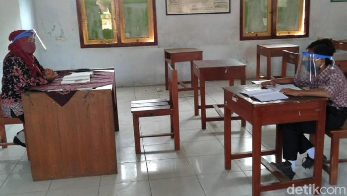 Dimas Ibnu Alias, tetap bersekolah di tengah pandemi COVID-19. Pasalnya ia tak memiliki smartphone untuk menunjang kegiatan belajar online di rumah.