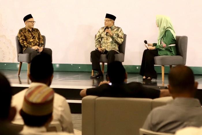 Direktur Utama Telkomsel Setyanto Hantoro (kiri) bersama Ketua Umum Nahdatul Ulama Prof. Dr. KH. Said Aqil Siroj, M.A (tengah) saat menghadiri acara Bincang Milenal yang digelar PBNU bekerja sama dengan komunitas Majelis Telkomsel Taqwa yang membahas tujuan kolaborasi Telkomsel bersama Pengurus Besar Nahdlatul Ulama (PBNU) untuk menggerakkan sejumlah inisiatif yang diharapkan dapat menumbuhkan nilai nasionalisme dan kerohanian masyarakat Indonesia di sela acara Bincang Millenial PBNU, di Jakarta