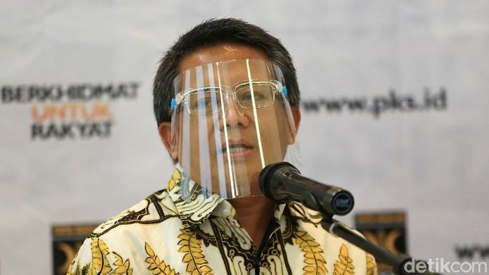 Ketua Umum Partai Keadilan Sejahtera (PKS) Muhammad Sohibul Iman dan Ketua Umum Partai Demokrat Agus Harimurti Yudhoyono saat memberikan keterangan atas Pertemuan akan berlangsung di kantor DPP PKS, Jakarta Selatan, Jumat (24/7/2020). Pertemuan tersebut menjadi ajang silaturahim antar kepengurusan partai.