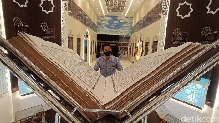Al Quran raksasa di Museum Gusjigang, Kudus, Jateng