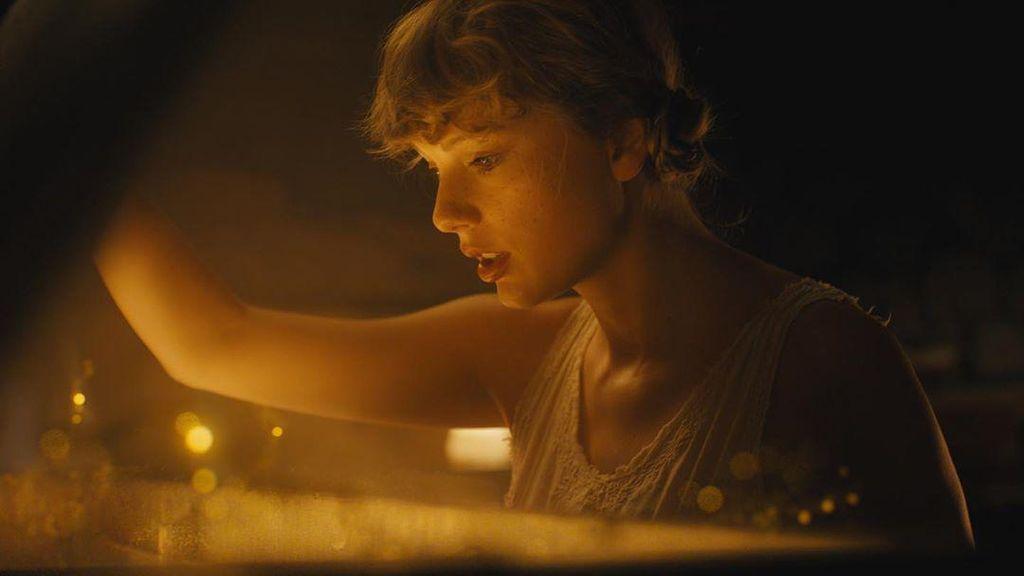Cardigan Milik Taylor Swift Debut di Puncak #HOT100 Billboard