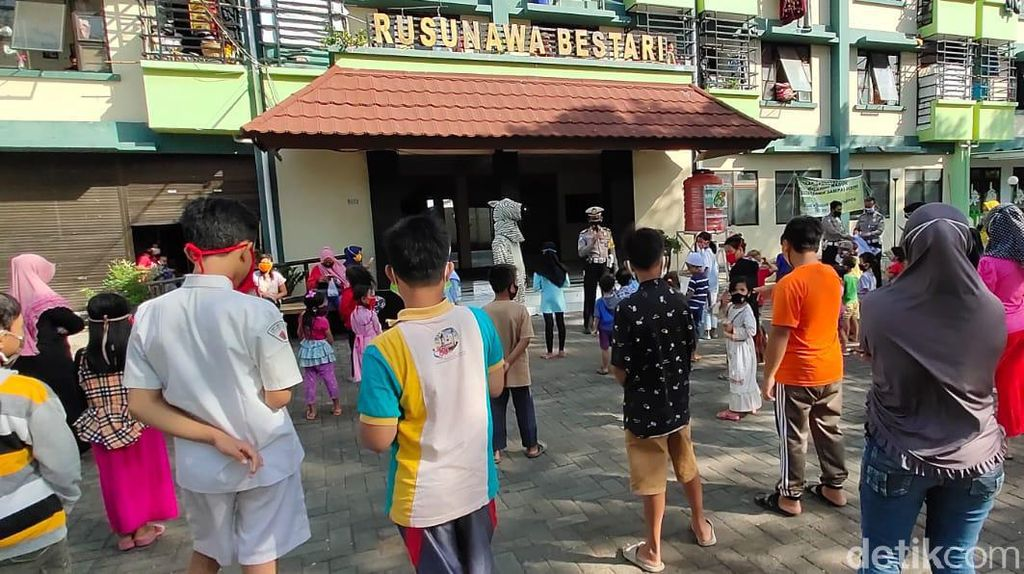 Anak Rusunawa Kota Probolinggo Diajak Main Sambil Pahami Protokol Kesehatan