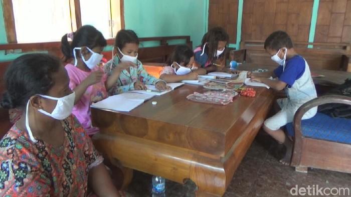 Perekonomian yang rendah membuat banyak orang tua di Desa Marmoyo, Kecamatan Kabuh, Jombang tak mampu membelikan anak mereka ponsel pintar untuk belajar daring. Sehingga anak mereka belajar daring dengan menumpang di rumah yang mempunyai ponsel pintar.