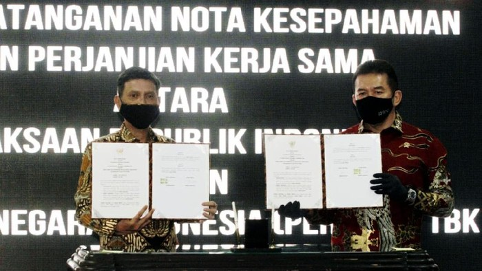 Direktur Utama BNI Herry Sidharta (kiri) dan Jaksa Agung Republik Indonesia ST Burhanuddin (kanan) menandatangani Nota Kesepahaman (MoU) di Jakarta, Jumat (24 Juli 2020). Selain bekerja sama dalam hal penegakan hukum serta pengamanan pembangunan strategis dan aset, BNI juga memberikan dukungan berupa layanan perbankan digital, peningkatan kompetensi personel, dan pengelolaan keuangan melalui BNI Cash Management.