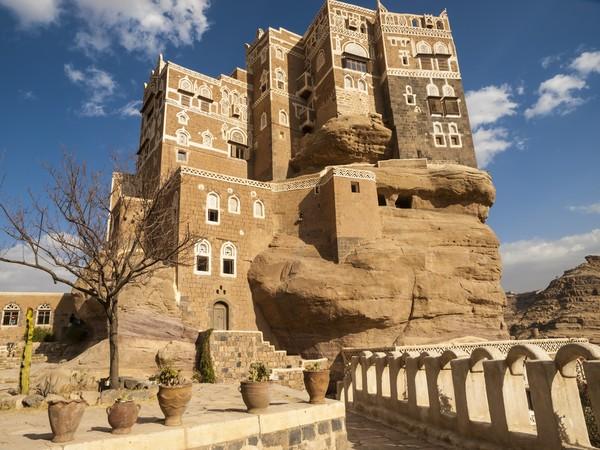 Dar Al Hajar sendiri berlokasi sekitar 14 kilometer dari Sanaa, ibu kota Yaman. Tepatnya di kawasan Lembah Wadi Dhahr yang gersang dan berbatu-batu. (Getty Images/iStockphoto/helovi)