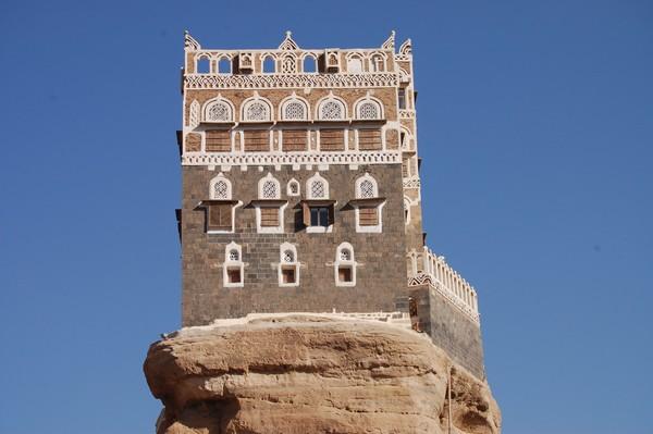Sesuai namanya, Dar Al Hajar memang dibangun di atas bukit berbatu cadas. Tebing batu berbentuk spiral yang jadi lokasi Dar Al Hajar diketahui sudah ada sejak tahun 1700-an, dibangun oleh Imam Mansour Ali Bin Mehdi Abbas. (Getty Images/iStockphoto/Claudiovidri)