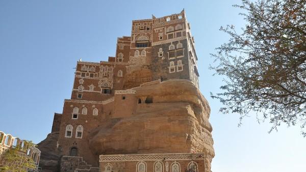 Dar Al Hajar didirikan pada tahun 1920 oleh salah satu keluarga kerajaan Yaman bernama Yahya Muhammad Hamiddin. Dar Al Hajar digunakan sebagai tempat tinggal Yahya dan keluarganya saat liburan musim panas. (Getty Images/iStockphoto/Claudiovidri)