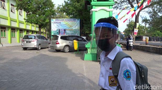 Dimas Ibnu Alias harus sekolah sendirian di Rembang, Jumat (24/7/2020).