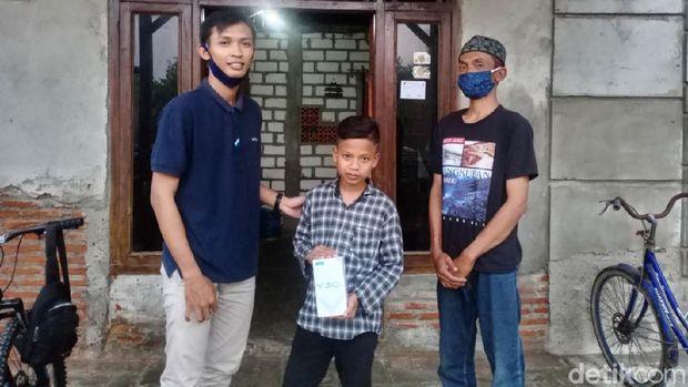 Dimas mulai bisa belajar daring setelah mendapatkan bantuan smartphone, Jumat (24/7/2020).