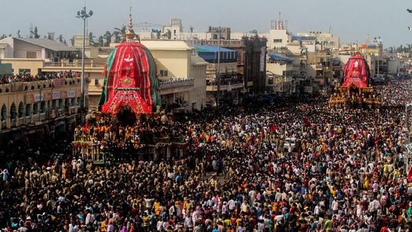 Dikisahkan, momen mengisolasi diri mereka dilakukan sebagai persiapan untuk melakukan Festival Rath Yatra yang disimbolkan dengan sosok raksasa ketiganya yang berukuran 45 kaki. Adapun Kota Puri di India terkenal sebagai lokasi perayaan utamanya (Getty Images)