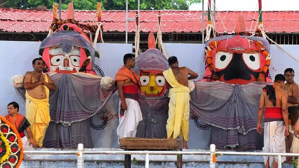 Selain punya Dewi Corona, umat Hindu India juga punya tiga Dewa bersaudara yang tak kalah unik. Mereka disebut bisa sakit dan mengisolasi diri (Getty Images)