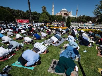 Saat 5 Muazin Kumandangkan Azan dari Menara Hagia Sophia