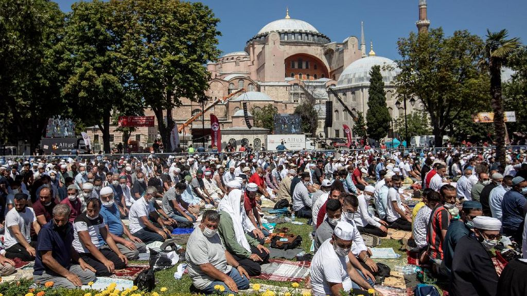 Momen Salat Jumat Perdana di Hagia Sophia
