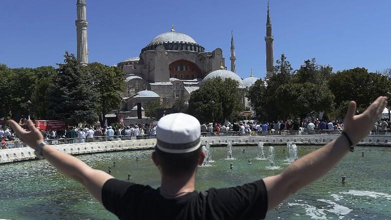 Hari ini Hagia Sophia menggelar Salat Jumat. Ibadah tersebut menjadi kali pertama sejak 86 tahun berfungsi sebagai museum.