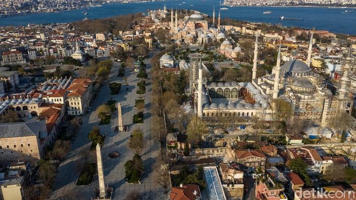 Setelah 86 tahun berfungsi sebagai museum, Hagia Sophia di Turki akan berubah menjadi masjid mulai hari ini. Salat Jumat pertama pun akan digelar siang ini, waktu setempat.