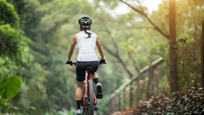 Ilustrasi wanita naik sepeda
