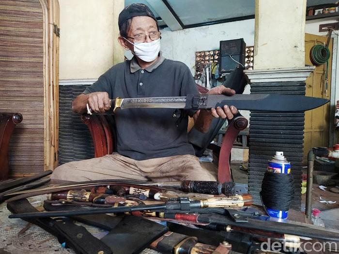 Menjelang Idul Adha perajin pisau di Magelang, kebanjiran pesanan. Pesanan tersebut datang dari berbagai daerah hingga luar Jawa.