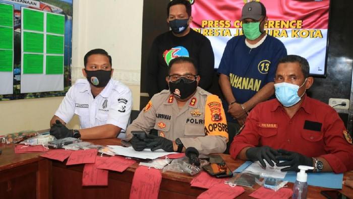 Kapolresta Jayapura Kota AKBP Gustav R. Urbinas, saat menjelaskan soal penangkapan bandar sabu yang memiliki senjata api.