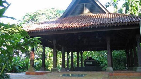 Terlepas dari kebenaran pastinya, pihak kolonial pun tetap mengakui makam tersebut sebagai tempat peristirahatan sang Sultan. Lokasinya pun ada di Fort Canning Hill atau yang dahulu bernama Bukit Larangan (National Library Board Singapore)