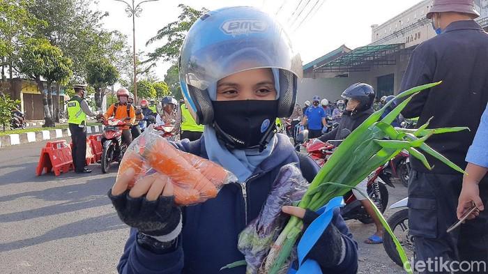 Operasi Patuh Candi 2020 di Cilacap, pemotor lolos tilang dapat bonus sayur